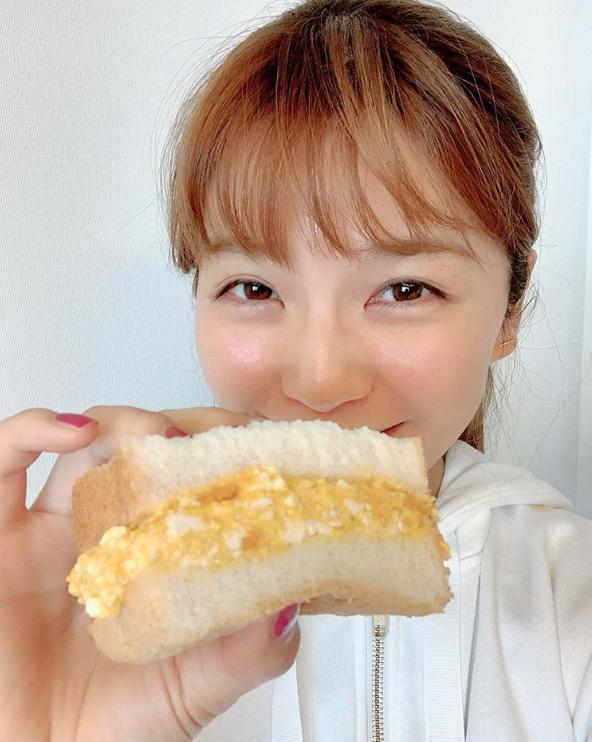「ほぼすっぴん?」AAA宇野実彩子、手作りサンドを持った笑顔SHOTに反響「透明度100%」サムネイル画像!