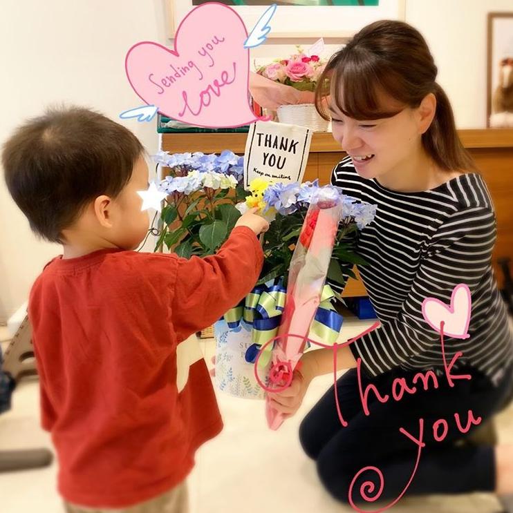 保田圭、息子からプレゼントもらう様子の笑顔SHOT公開「心から感謝です」サムネイル画像