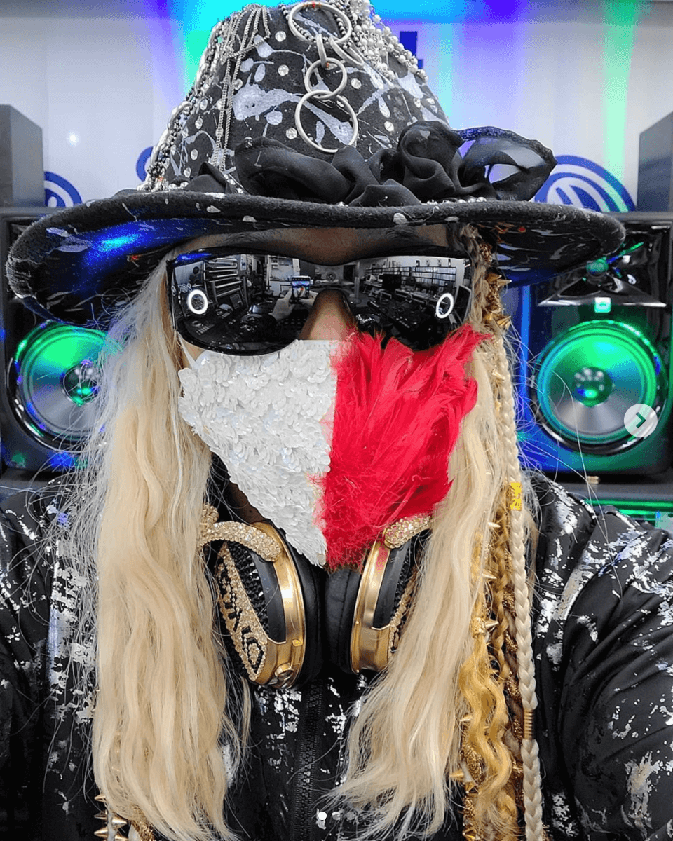 DJ KOO、ド派手すぎるマスクコーデSHOT披露し反響「凄い無敵感」「息出来るんでしょうか??w」