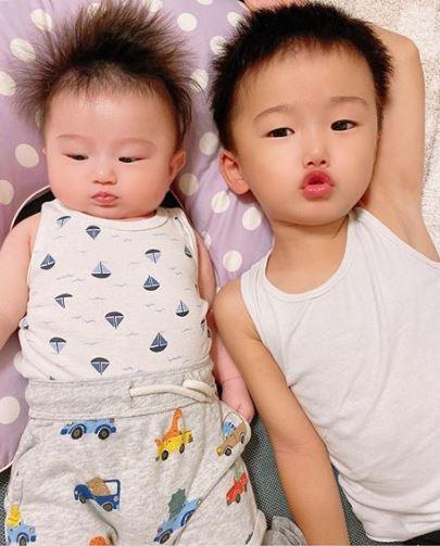 """鈴木亜美、次男だっこの2SHOT&長男の""""キス魔""""っぷりを公開「兄弟そっくり」「微笑ましい」"""