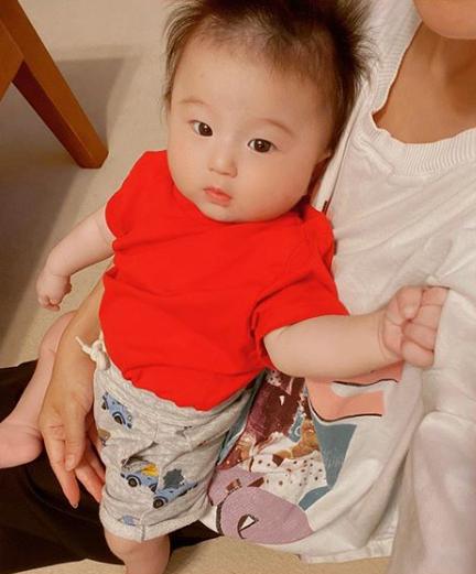 """鈴木亜美、髪の毛""""ボンバー""""な次男との2SHOTに「ママそっくり」「将来はアイドル」"""