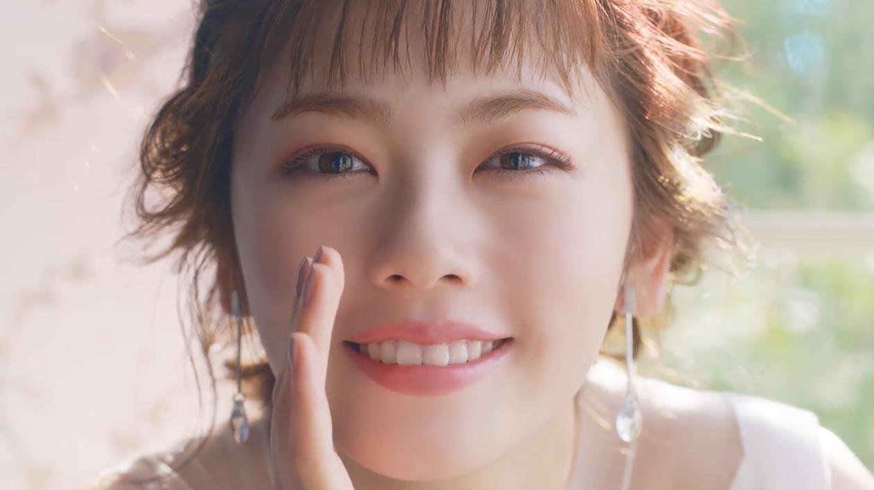 """小芝風花、上品アイシャドウの""""オトナ可愛い""""メイクCM動画が公開"""