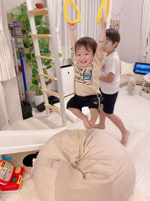 辻希美、笑顔な三男への顔寄せSHOT&一歳七ヵ月で吊り輪にぶら下がる様子を公開し「逞しいわぁ」