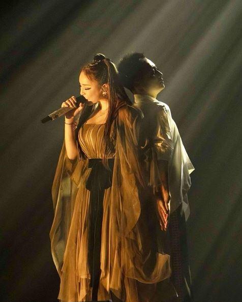 浜崎あゆみ、背中合わせのステージSHOTに「神々しい」「表現力に感動」の声