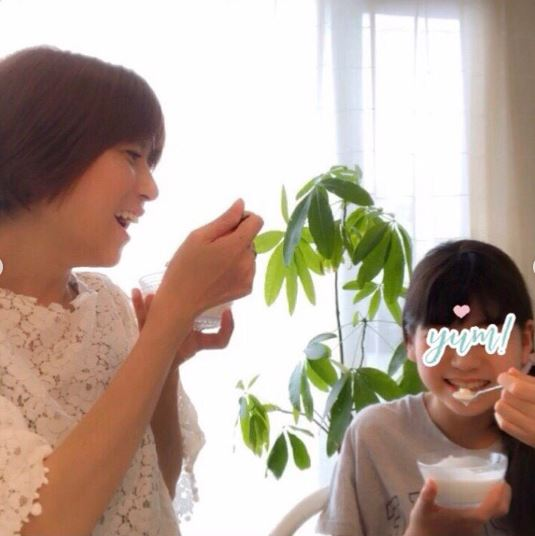 """hitomi、娘らとの笑顔""""食事SHOT""""&「手がパンパン」な妊娠後期トラブル明かすサムネイル画像"""