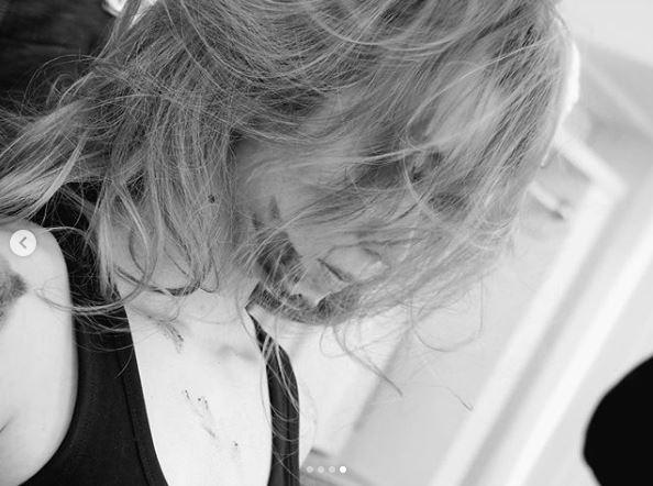 """「存在が芸術」倖田來未、乱れ髪の美麗""""モノクロ""""オフショット公開に反響「ビジュ最高」サムネイル画像"""