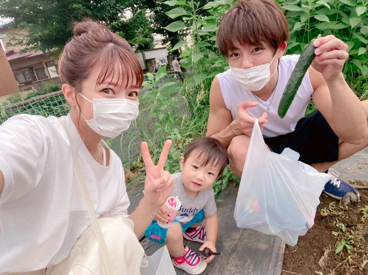 """辻希美、夫・杉浦太陽と三男との""""夏野菜収穫3SHOT""""を公開「愛おしい」"""