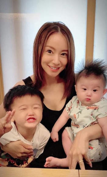 鈴木亜美、デビュー22周年を報告&息子たちとの笑顔SHOTには「いつまでも綺麗」「次男君ママ似」