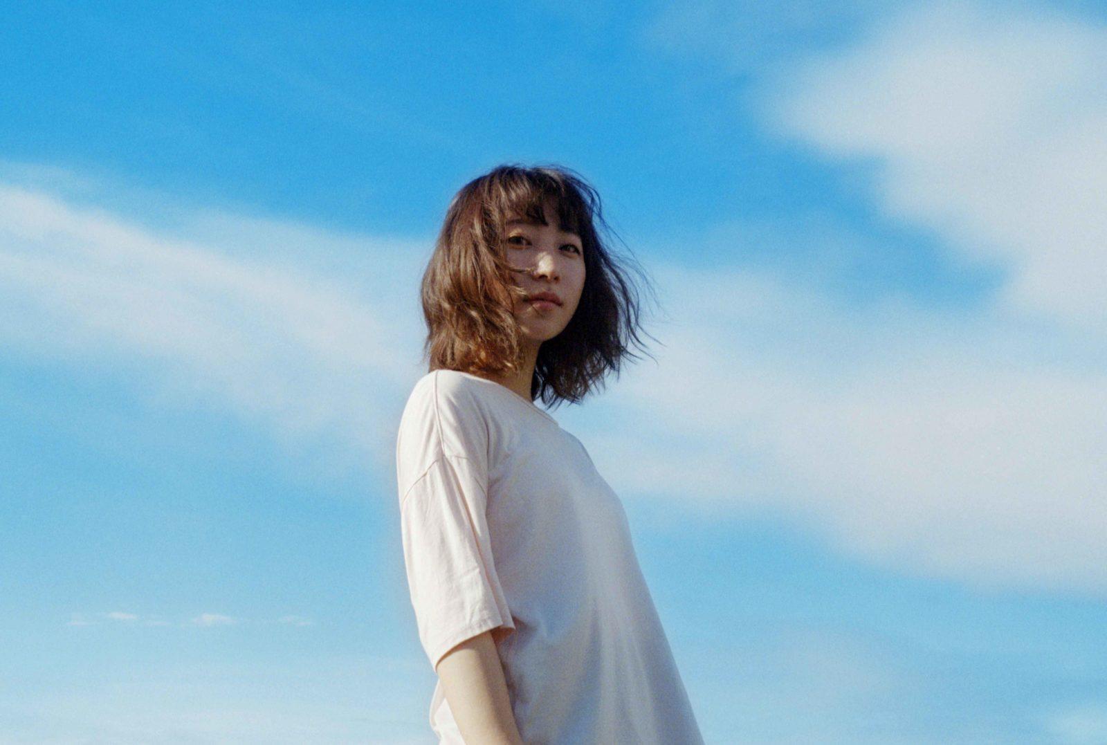 """シンガーソングライター""""果歩""""、3ヶ月連続配信シングル第2弾「街と花束」のMVを公開サムネイル画像"""