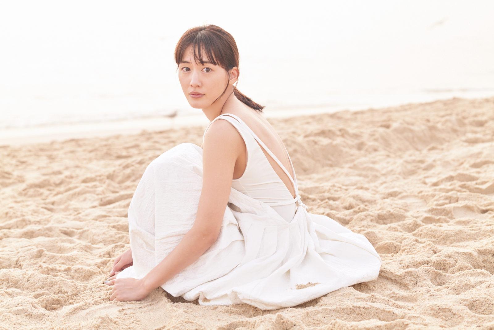 """綾瀬はるか、美背中を披露した浜辺の""""白ワンピースSHOT""""公開サムネイル画像"""