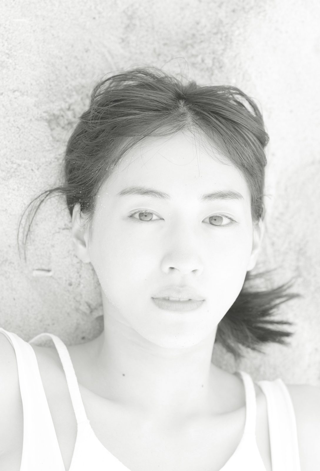 """綾瀬はるか、美背中を披露した浜辺の""""白ワンピースSHOT""""公開"""