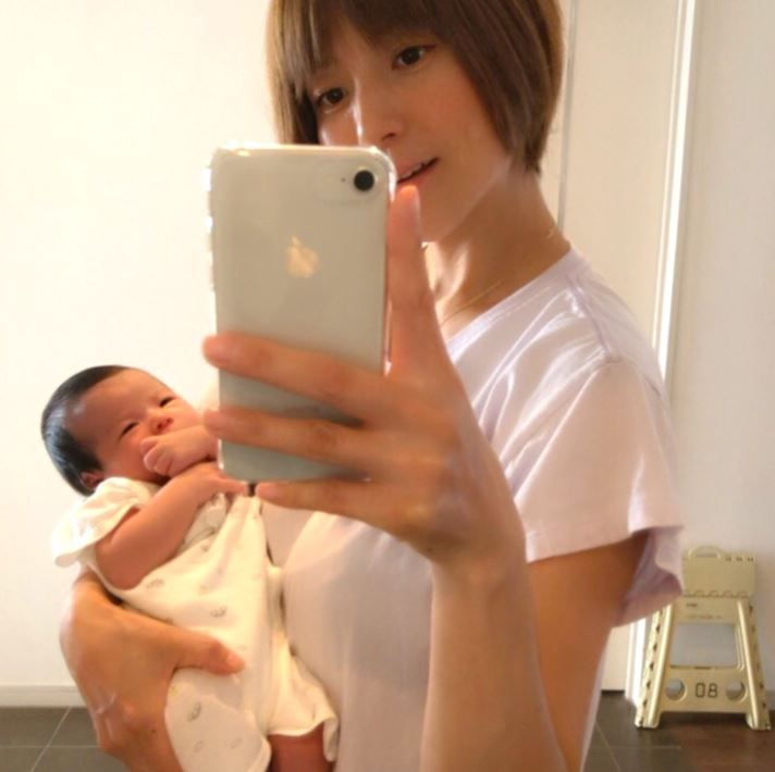 第4子出産のhitomi、赤ちゃん抱いた2SHOT&夫撮影の息子らの様子を公開「とっても楽しそう」