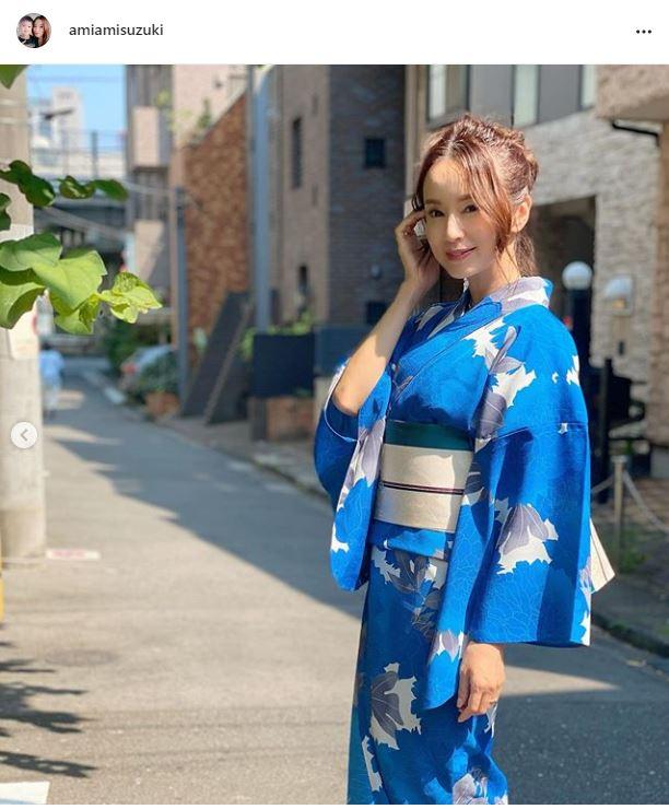 鈴木亜美、鮮やかブルーの浴衣姿に反響「暑さを感じない爽やかさ」「めっちゃおキレイ」