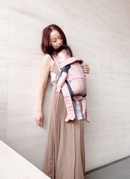 鈴木亜美、次男抱っこSHOT&仲良し兄弟動画を公開し反響「そっくり」「いじらしく可愛い」