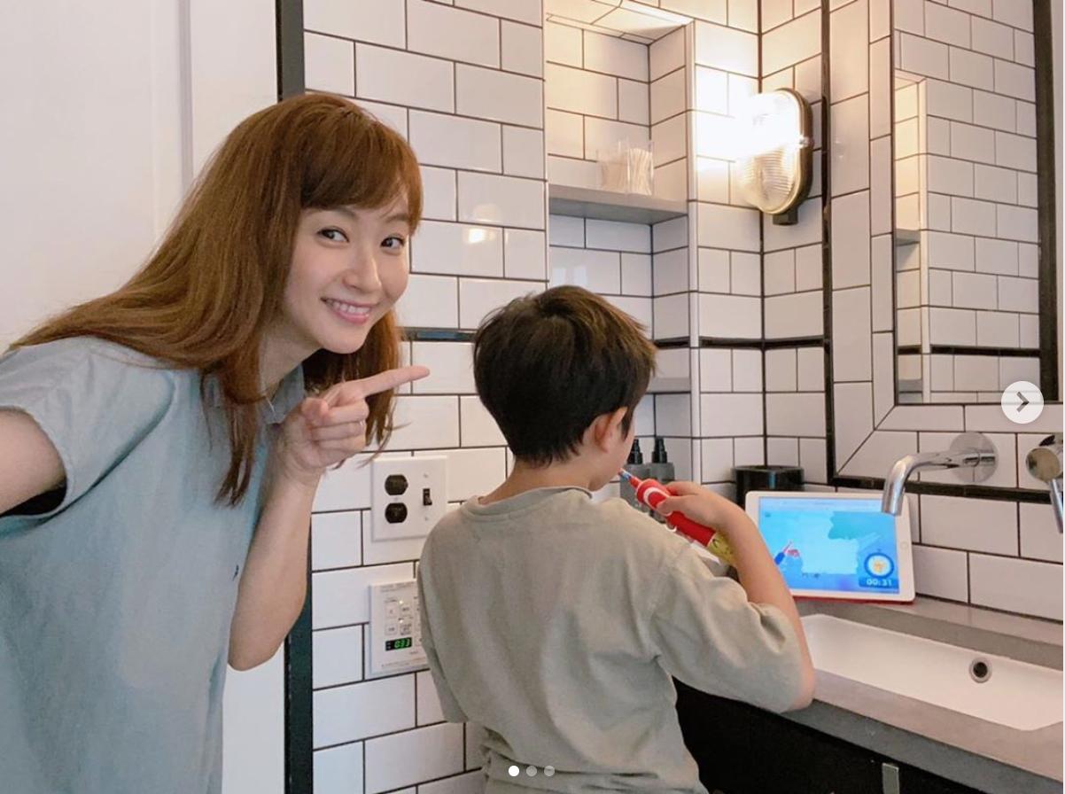 藤本美貴、歯磨き中の息子との2SHOTに「可愛い」「お家が素敵!」の声