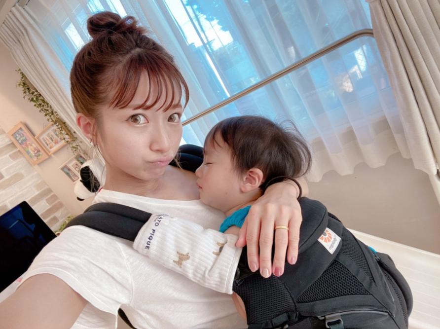 辻希美、すやすや三男の抱っこSHOT&シャボン玉に夢中な写真を公開「可愛いです」サムネイル画像