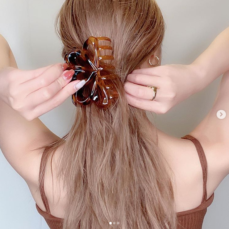 夏焼雅、涼しげなヘアアレンジSHOT&美しいうなじや背中を披露し反響「背中まで美しい」「メロメロ」