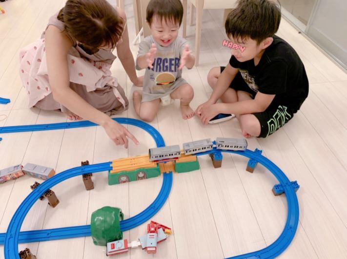 """辻希美、一歳八ヶ月の三男が大喜びの""""プラレール""""SHOT公開「成長を感じました」サムネイル画像"""