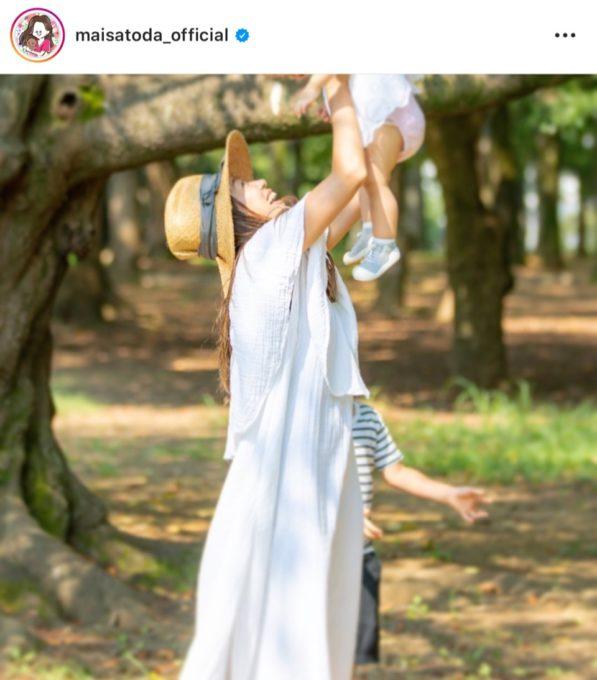 """里田まい、白ワンピで子供を抱き上げた""""たかいたかい""""SHOT公開し「マー君撮影ですか?」「女神が天使を抱っこしてる…」"""