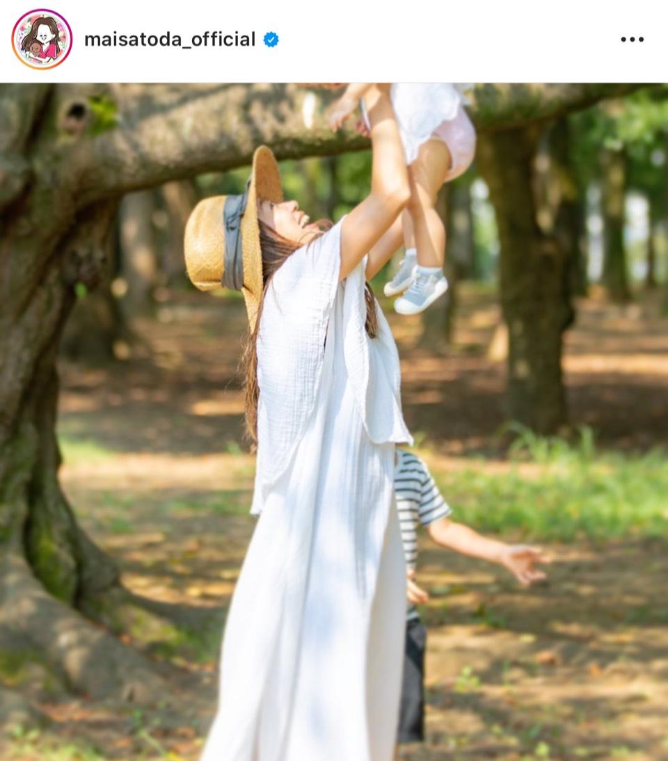 """里田まい、白ワンピで子供を抱き上げた""""たかいたかい""""SHOT公開し「マー君撮影ですか?」「女神が天使を抱っこしてる…」サムネイル画像"""