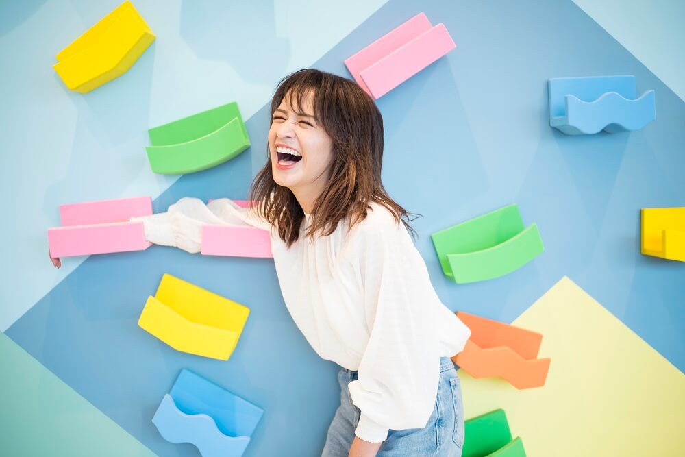 現役女子高生シンガーソングライター山出愛子、新曲「はなまる」ライブ映像が公開サムネイル画像!