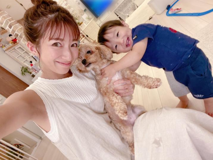 """辻希美、三男&""""いい子さん""""な愛犬との3SHOT公開「ワクチンを打ちに…」"""