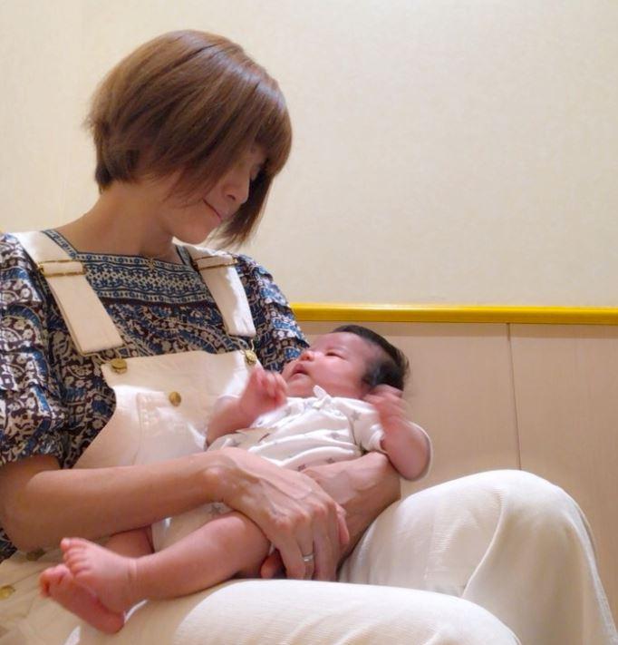 """第4子出産のhitomi、赤ちゃんとの休憩SHOT&""""初オモチャ""""で兄と遊ぶ姿も公開「仲良しっ」"""