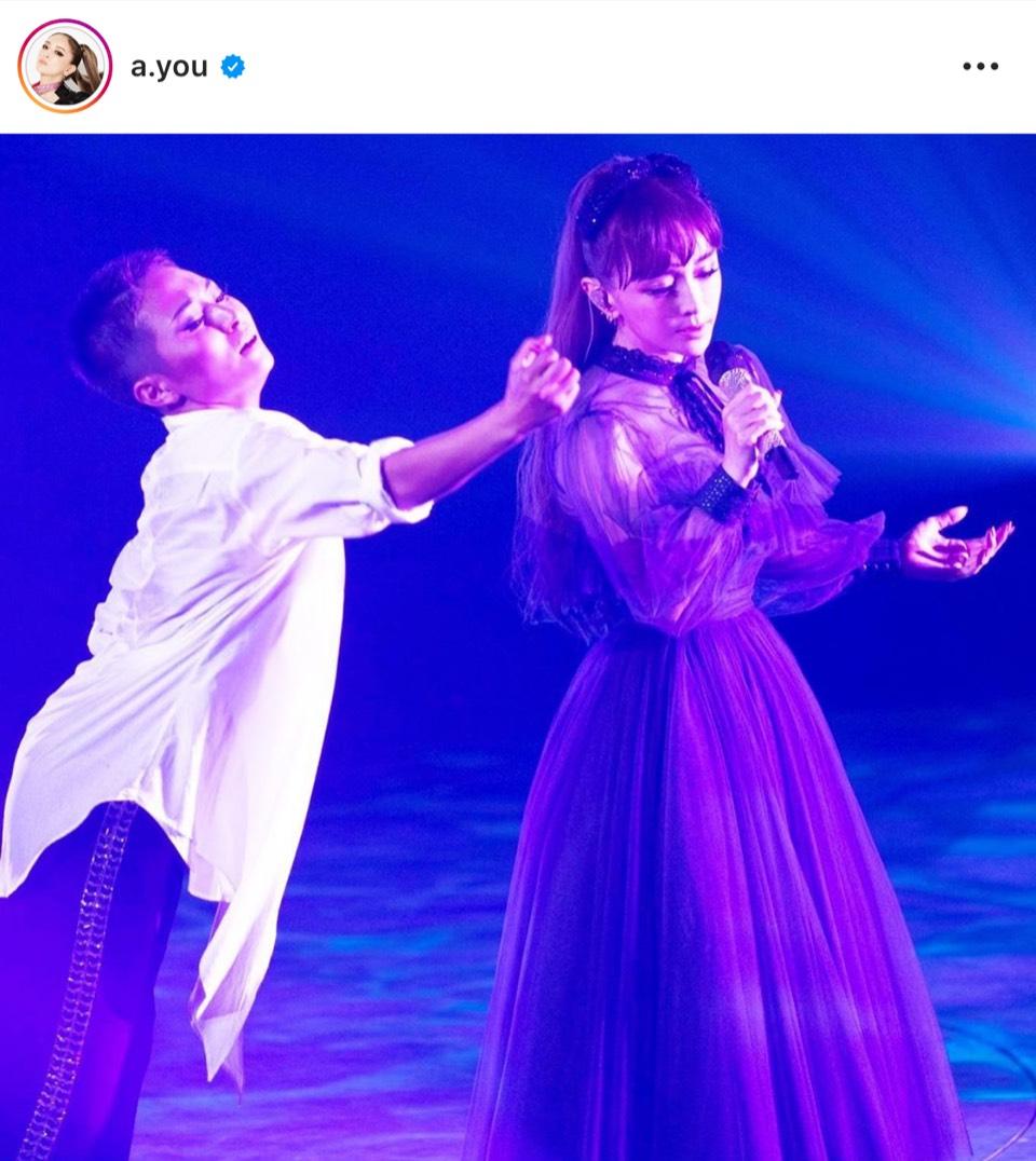浜崎あゆみ、ブラックドレス姿のステージショット公開「たくさん愛してくれて…」