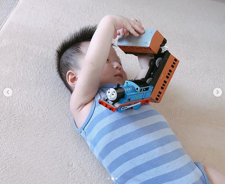 鈴木亜美、美スタイルのワンピSHOT公開&おもちゃで遊ぶ次男の姿に「似てきましたね」「可愛さにやられた」